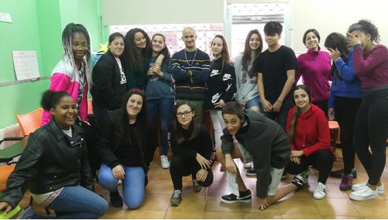Foto del grupo de chicos y chicas de los grupos de mayores y klan de Alfalar, junto al rapero Sik_L y las educadoras